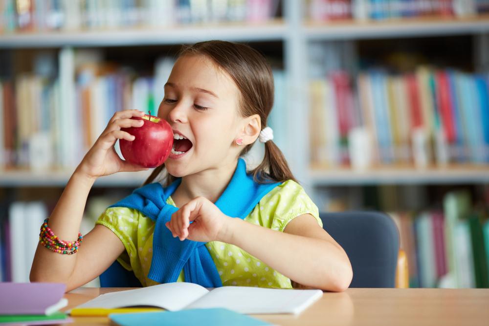 Educando a los niños en los buenos hábitos alimentarios: hay que tomar frutas y verduras