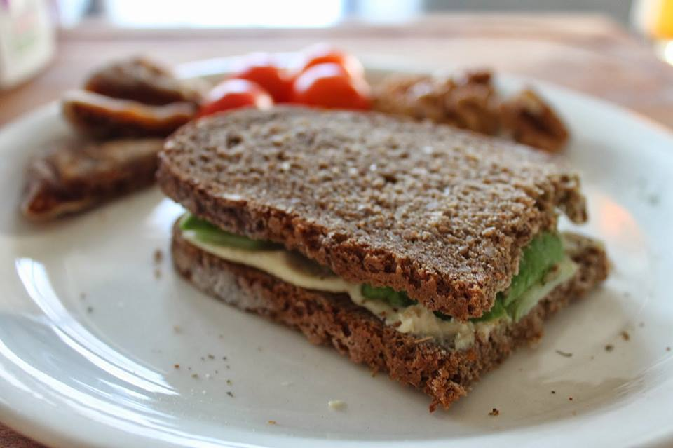 Hummus con pan integral