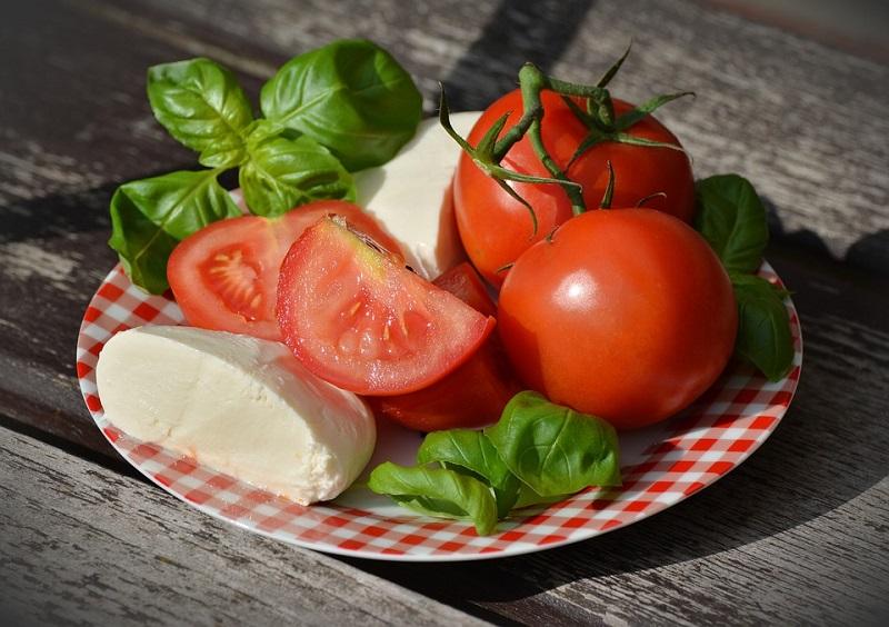 Una receta súper refrescante: Ensalada de tomate con mozzarella y albahaca