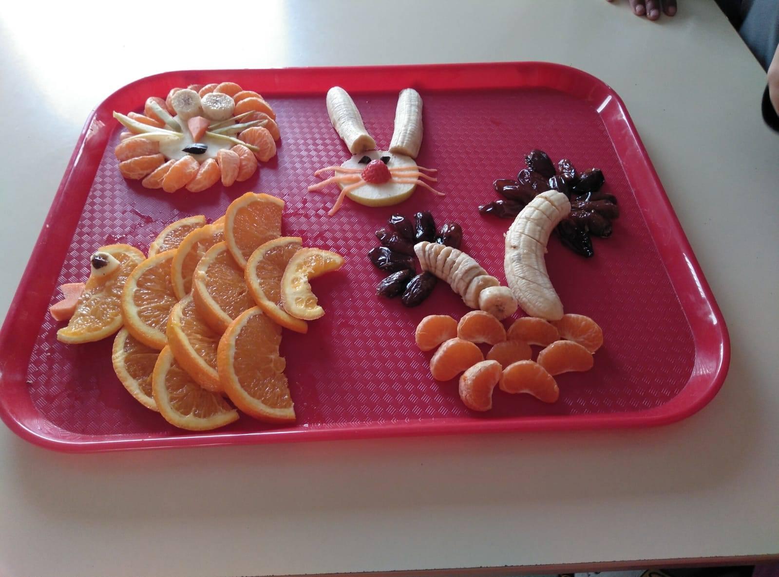 Hacer que los niños coman frutan