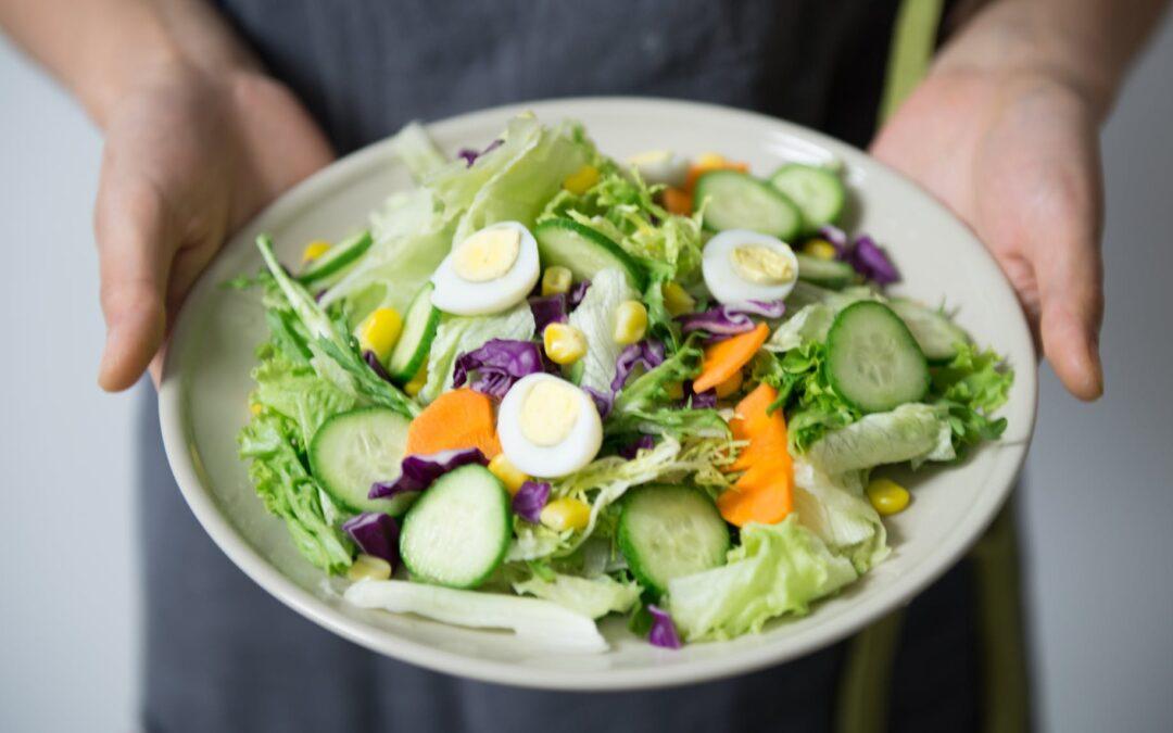 Las ensaladas son las reinas del verano. Pero ojo, no todas son saludables