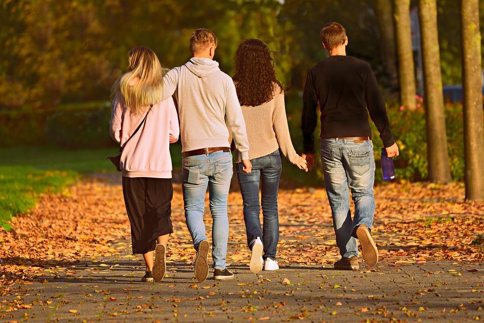 Caminar después de comer mejora la digestión